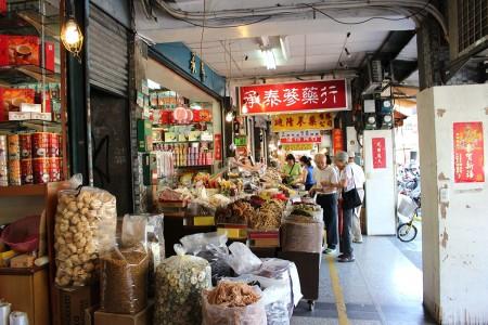漢方薬や乾物のお店が並ぶ